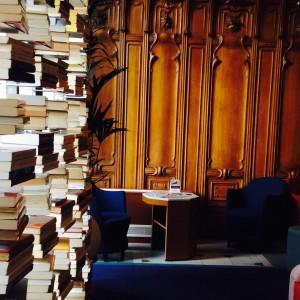 ⭐️⭐️⭐️⭐️ hier soir au soleil couchant, j ai découvert le salon de lecture du #ChateauPerrache. Les boiseries #artnouveau et le mobilier #design se marient à merveille... #Lyon #monument #lyon2 #perrache #hotel #lyonnaise #accorhotels @mercurehotelsfr @accorhotels
