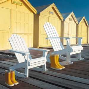 Les fameux fauteuils en bois, inspiration Adirondack chez Maisons du Monde