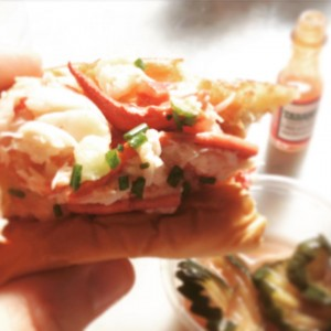 on continue dans la découverte de la BONNE cuisine US.... Le lobster roll de @edslobsterbar, du baby #Tabasco et des cornichons à l'américaine... Le Gansevoort Market est une belle découverte au cœur de Meatpacking!! @gansmarket #epicurienne #lobsterroll #meatpaking #newyork #NYC #milleNYC #yummy