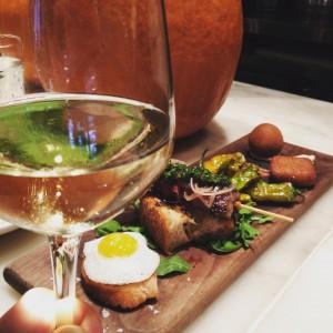 Déjeuner parfait  !  Du vin #albariño, des #tapas gourmands et de la très bonne compagnie // #bonneadresse #friends #miam #epicurienne #spanishfood  #mapausedej