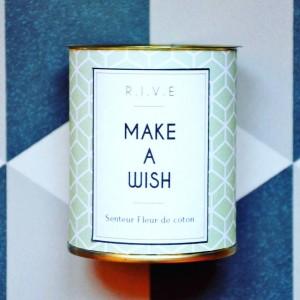 Make a wish : je veux une bougie #R.I.V.E à Noël...   Bougie message à la cire 100% naturelle dans des boîtes en fer #recup. Une créatrice #lyonnaise dispo sur le @etsy market. #madeinlyon #creative #candle #gift #etsy #deco @clairejojo21 @r.i.v.e @teametsylyon