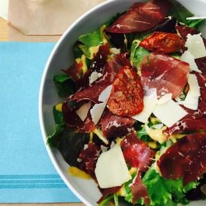 Salade italienne au #CaféNova • #dejdefilles #lyon7powa #lyonnaise #epicurienne #italianfood
