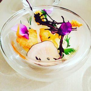 À table!! • #epicurienne #gourmande #belleadresse #millyonnaix #latergram • amuse bouche @mickael_feval_table_de_gout