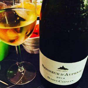 Apero!! Et jolie découverte que le @saintchinian blanc #seigneurdaupenac • #apero #tgif #cheers #whitewine #cavederoquebrun