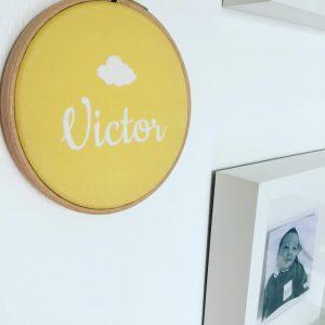 Je vous avais montré le cadre @sillyetbilly qui décore la chambre de #BebeV ? • #moutarde #yellow #sillyetbilly #madecoamoi
