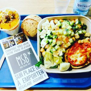 Ce midi avec @absolutveroo on a testé @restaurantmsb et c'était drôlement bien • 9,90 € la Big salade à composer soi meme sans limite d'ingrédients • tout est frais et fait maison • on en reparle très vite tellement je suis conquise • #miam #food #pausedej #dejdefilles #epicurienne #foodblogger #gourmande #lyonnaise